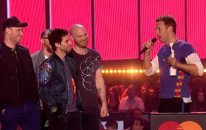 Chris Martin apresenta companheiros do Coldplay com nomes dos integrantes do One Direction
