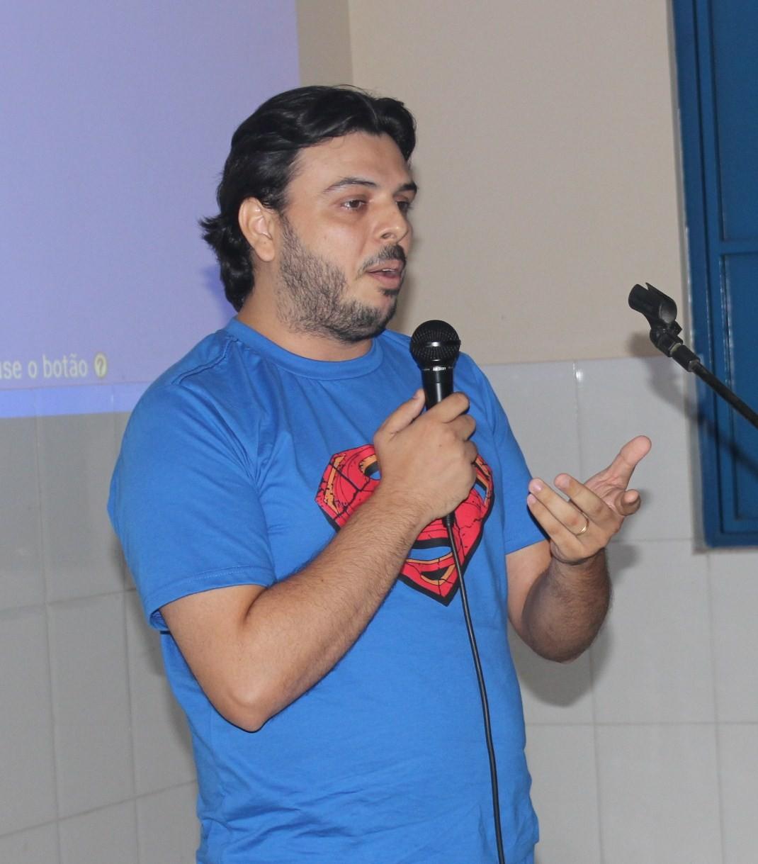 """Oficineiro ressalta o trabalho dos alunos: """"agora são autores"""" (Foto: Daniel Cunha)"""