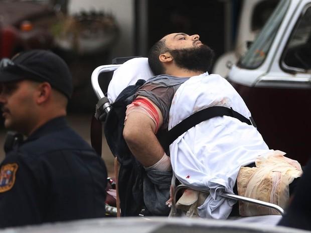 Ahmad Khan Rahami é levado em uma maca após troca de tiros com a polícia em Linden, Nova Jersey (EUA). Ele foi detido depois de ser anuncado como procurado pelo FBI em ligação ao atentado com bomba no bairro de Chelsea, em Nova York (Foto: Ed Murray/NJ Advance Media/AP)