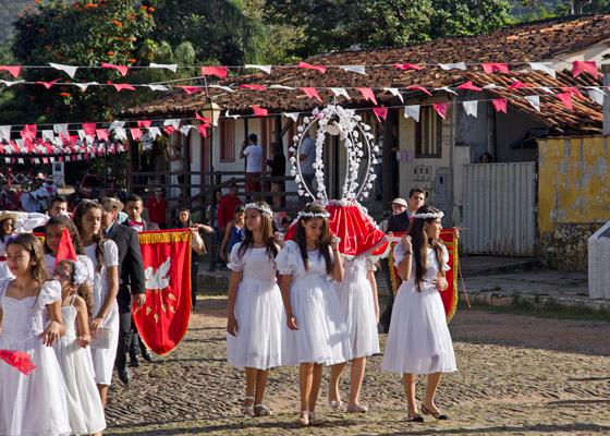 Quatro meninas do Cortejo das Virgens levam o símbolo do Divino pelas ruas empedradas de Pirenópolis (Foto: Haroldo Castro/Época)