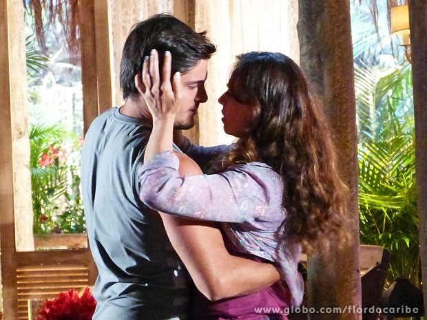 Juliano segue o conselho de Doralice e dá um 'guenta' em Natália (Foto: Flor do Caribe / TV Globo)