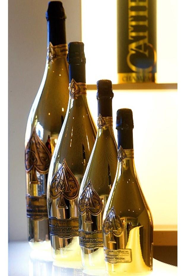 Os muitos tamanhos das garrafas do champanhe Armand de Brignac. Jay-Z comprou a marca em novembro de 2014.  (Foto: Getty Images)