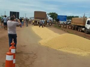 Após desentendimento entre caminhoneiros, soja é derramada em Nova Mutum (MT) (Foto: Arquivo pessoal/Luiz Carlos Gonçalves)