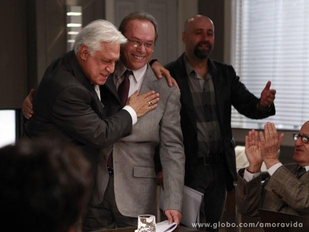Fagundes e Wilker se abraçam (Foto: Amor à Vida/TV Globo)
