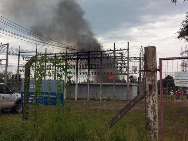 Subestação da AES Sul é atingida por incêndio em Santa Maria (Foto: Alice Pavanello/RBS TV)