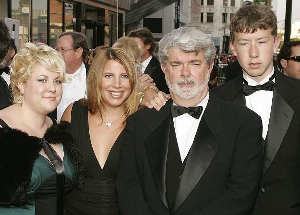 """O diretor da saga 'Star Wars', George Lucas, tem três filhos adotivos: Amanda (à dir.), adotada em 1981, Katie (em 1988, à esq.) e Jett (1993, à dir. do pai). Com a atual esposa, a executiva Mellody Hobson, ele teve uma filha em 2013 por meio de uma """"barriga solidária"""" (ou """"barriga de aluguel"""", como se dizia). (Foto: Getty Images)"""