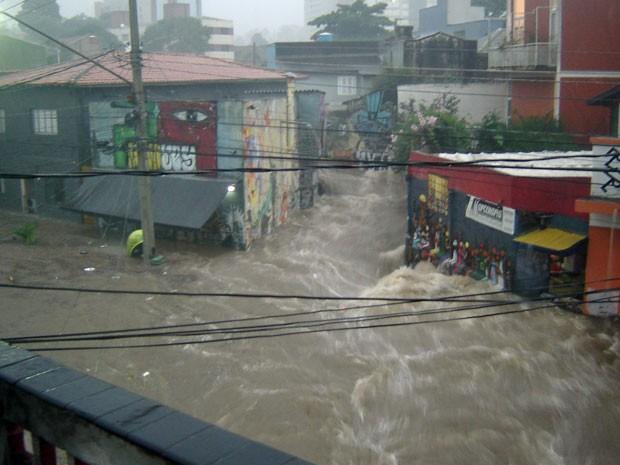 Região da Vila Madalena, na Zona Oeste de SP, que tradicionalmente sofre com os alagamentos também ficou inundada com a chuva desta quinta (Foto: Michele Bittencourt/VC no G1)