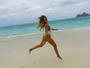 Carolina Portaluppi dá saltinho em praia do Havaí, com maiô cavadão