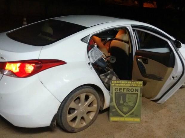 Motorista saltou de carro de passeio em movimento; moto estava dentro do veículo (Foto: Divulgação/Gefron-MT)