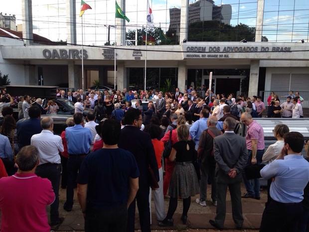 Ato ocorreu em frente de prédio da OAB, em Porto Alegre (Foto: Roberta Salinet/RBS TV)