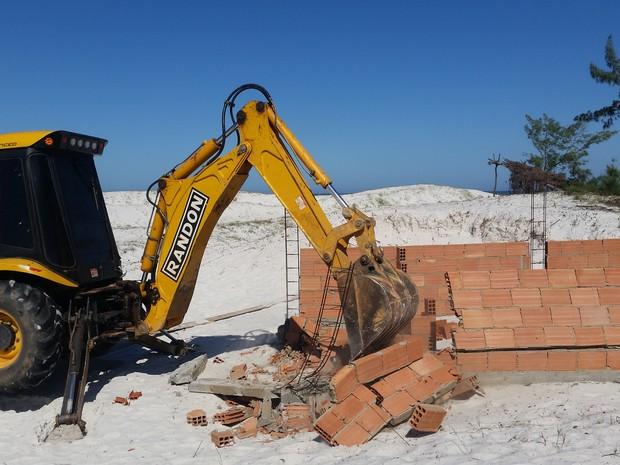 Casas construídas na areia foram demolidas (Foto: Divulgação / Ascom Inea )