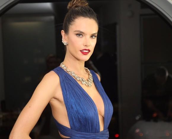 Alessandra Ambrosio aposta em longo poderoso para Baile da Vogue 2017