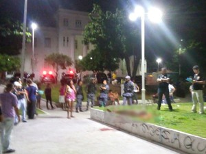 Homem é morto a facadas em praça pública na cidade de São Luís, MA (Foto: Francisco Batalha / TV Mirante)