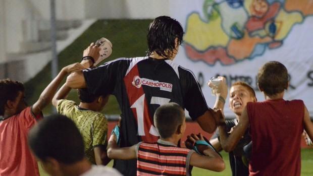Garotada com Leandro Kível (Foto: João Áquila/GLOBOESPORTE.COM)