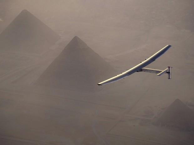 O Solar Impulse 2, avião movido a energia solar pilotado pelo suíço Andre Borschberg, é visto enquanto cruza o céu em Cairo, no Egito, perto das pirâmides de Giza (Foto: Jean Revillard/SI2/Divulgação/via Reuters)