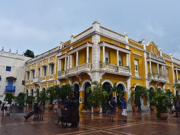 Pessoas caminham em Cartagena; ruas e casas coloniais atraem turistas (Foto: Luis Acosta/AFP)