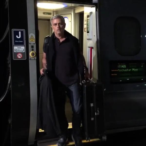 BLOG: Mourinho exibe chegada em Manchester antes de iniciar os trabalhos no United