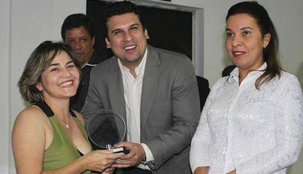 Cida Santana, editora do GloboEsporte.com, recebendo o troféu. (Foto: Tico Cordeiro)