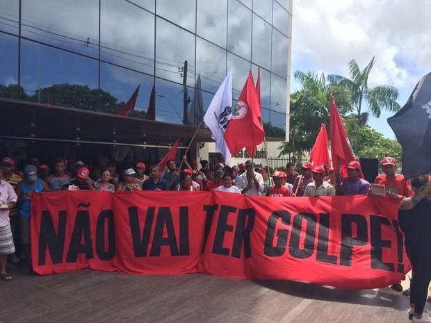 Movimentos sociais protestam contra impeachment no Recife (Foto: Thays Estarque/G1)