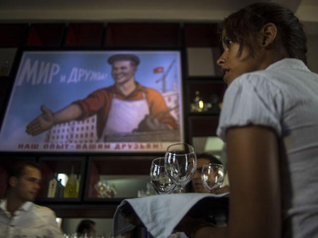 Garçonete no Nazdaroviie (Foto: Ramon Espinosa/AP)