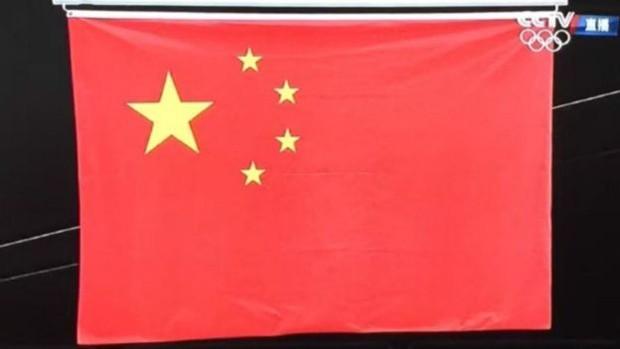 Detalhe da bandeira chinesa errada exibida no penúltimo dia dos Jogos do Rio (Foto: CCTV)