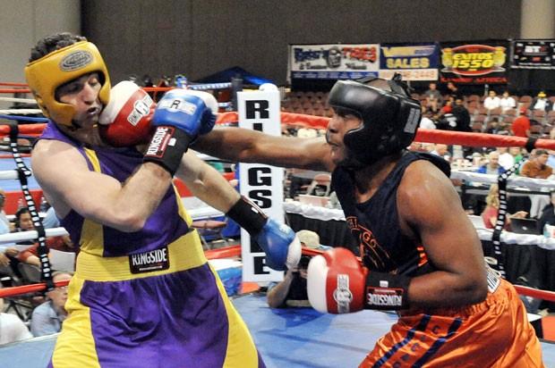Tamerlan é atingido por soco de Lamar Fenner durante luta em 2009. O checheno acabou sendo derrotado (Foto:  Glenn DePriest/Getty Images/AFP)