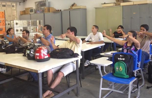 Alunos repetem movimentos ensinados pelo professor durante aula de Libras (Foto: Fernanda Borges/G1)