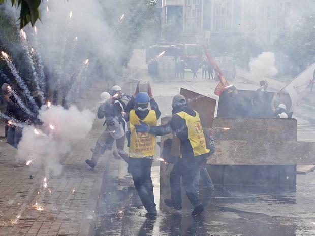 Fogos de artifícios explodem perto de manifestantes durante protesto em Istambul, na Turquia. (Foto: Umit Bektas / Reuters)