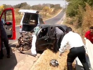 Bombeiros e peritos da Polícia Civil socorrem vítimas do acidente (Foto: Blog do Experidião/Divulgação)