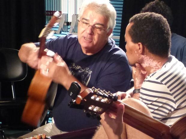 Hardy Guedes (à esquerda) compôs o samba 'Atletiba' (Foto: Fernando Castro/ G1)