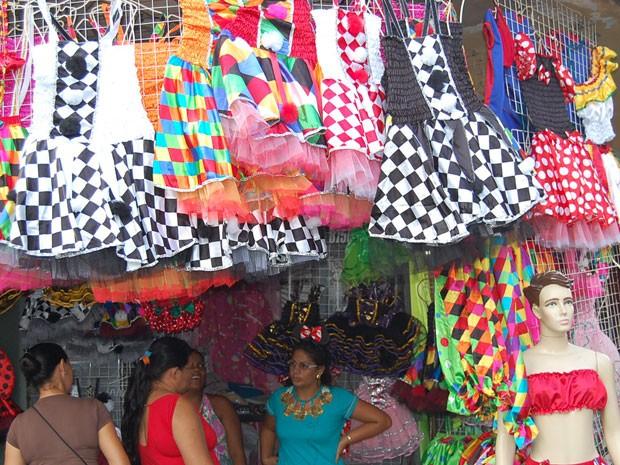 Fantasias de Carnaval à venda no centro do Recife (Foto: Priscila Miranda / G1)