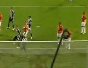 Felipe sobe para cortar e marca contra (Foto: Reprodução/Internet)