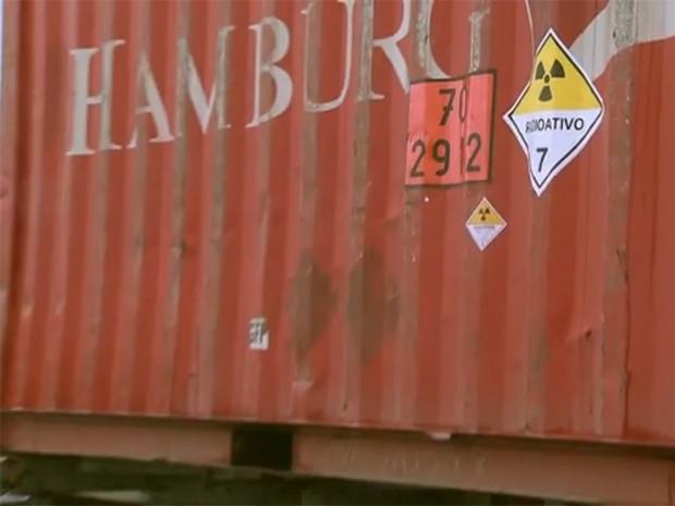 Caminhão possuía adesivo indicando carga radioativa (Foto: Reprodução / TV Tribuna)