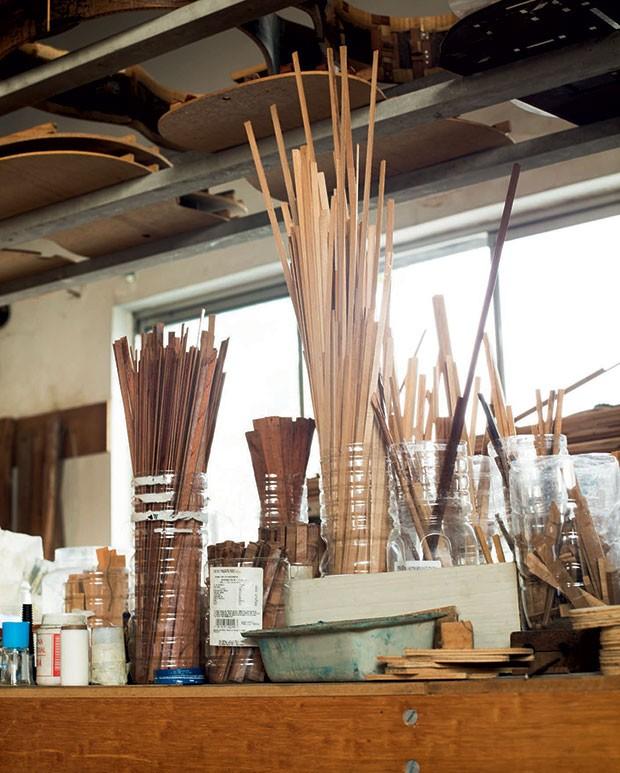 """O segredo de Sugiyama: ele corta filetes de jacarandá e pau-brasil de diversos tamanhos. Depois, cola-os dentro do violão. """"Isso melhora o timbre"""", ele diz (Foto: Camila Fontana)"""