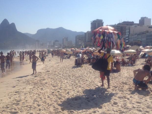 Praia de Ipanema ficou cheia nesta segunda-feira (Foto: Matheus Rodrigues/G1)