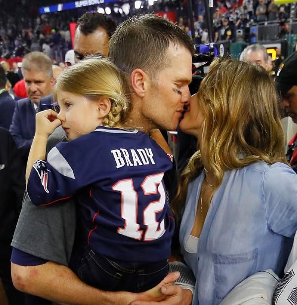 Tom Brady celebra a vitória com Gisele Bündchen e a filha Vivian Lake (Foto: Getty Images)