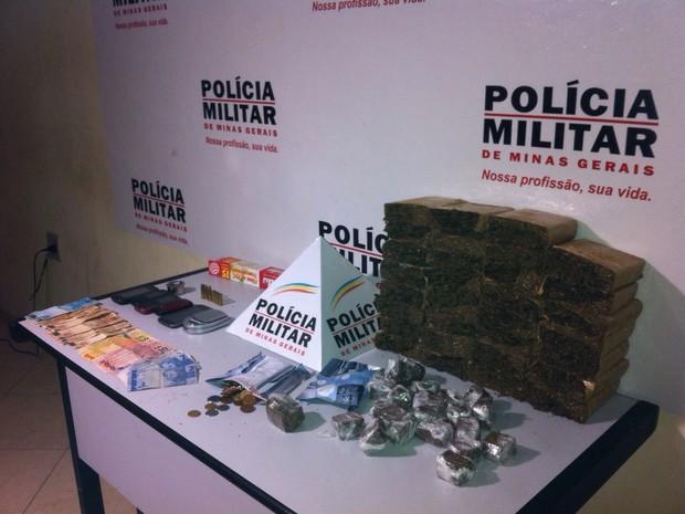 Celulares e munição também foram apreendidos. (Foto: reprodução\Polícia Militar)