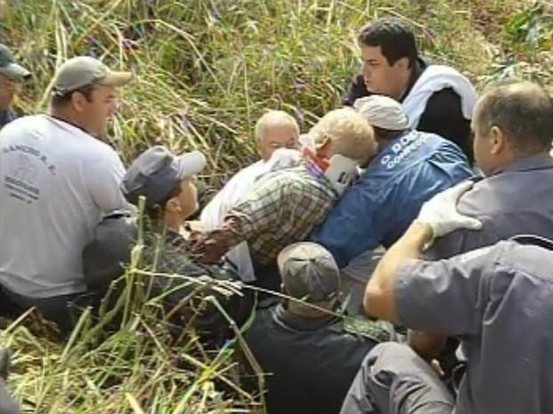 Idoso foi retirado com ajuda de uma maca (Foto: Reprodução/TV TEM)