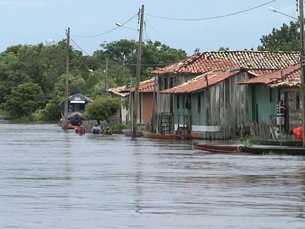 Água já invadiu os quintais das casas de comunidades que moram as margens do Rio Pindaré  (Foto: Reprodução/TV Mirante)