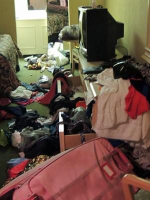 Pertences foram levados e roupas ficaram jogadas no chão (Foto: Arquivo pessoal/Adriana Bacelar)