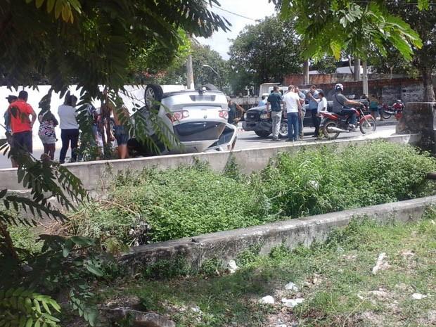 Carro capota e quase cai em canal após colidir com caminhonete no bairro do Prado (Foto: Ricardo Caldas/ WhatsApp)