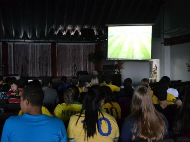Evangélicos assistir aos jogos da Seleção Brasileira reunidos na igreja (Foto: Isabella Liba/ Arquivo pessoal)