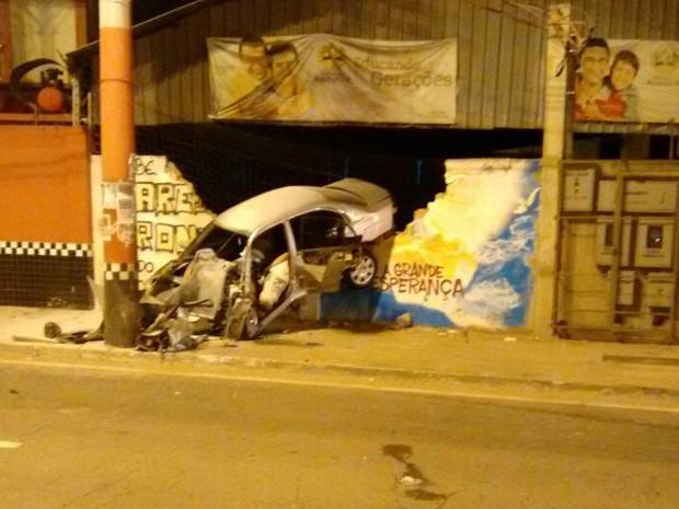 Jovem morre após colidir em poste e muro no Espírito Santo (Foto: Neide Falqueto/ VC no ESTV)