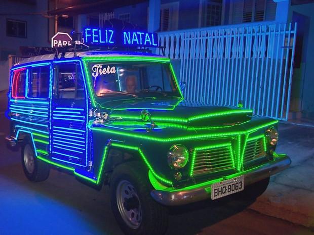 'Tieta' foi adaptada para sair com Papai Noel pelas ruas de Paraguaçu, MG (Foto: Reprodução EPTV)