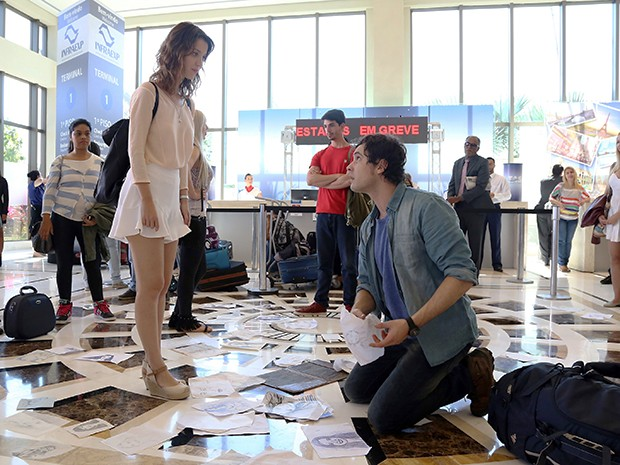 Caíque olha assustado para Laura (Foto: Pedro Paulo Figueiredo/TV Globo)