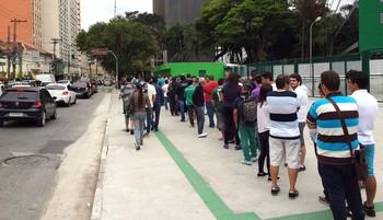 Fila grande nas bilheterias do estadio do Palmeiras (Foto: Felipe Zito)