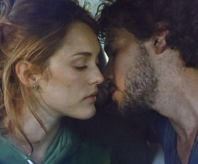 Júlia e Pedro quase se beijaram no primeiro capítulo da novela (Foto: TV Globo)