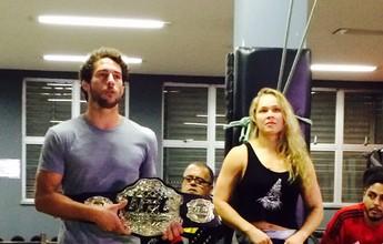 Ronda cumpre promessa e deixa cinturão do UFC no Instituto Reação