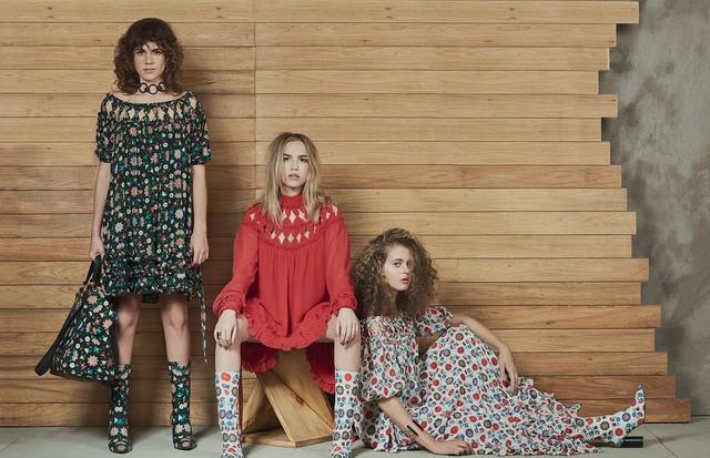 Mariana Aydar usa vestido de crepe de chine estampado, choker Reinaldo Lourenço + Camila Klein (R$ 1.997), bolsa estampada (R$ 1.670) e botas de couro estampadas (R$ 1.133); Martina Ritter usa vestido de seda (R$ 5.998), botas de couro estampadas (R$ 1.13 (Foto: Hickduarte / Set Design: Mangaba)