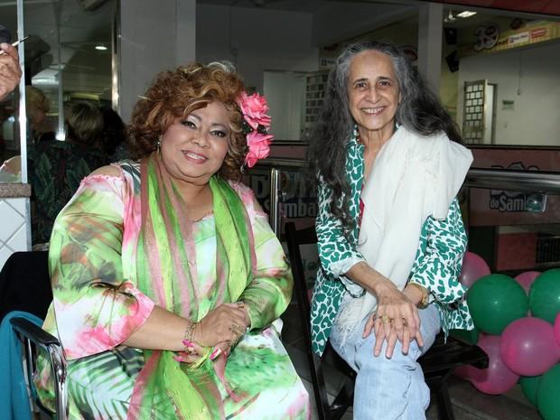 Alcione e Maria Bethânia em festa na quadra da Mangueira, na Zona Norte do Rio (Foto: Alex Palarea/ Ag. News)